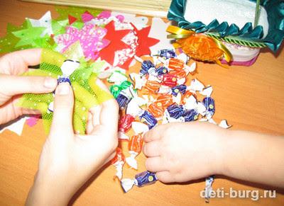 крепим конфеты к шпажкам