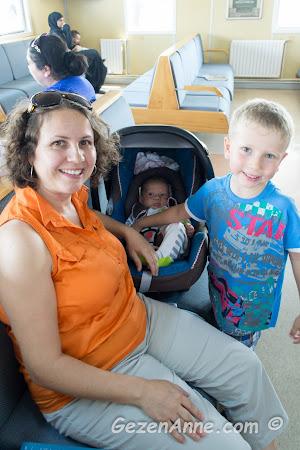 feribotta iki oğlumla oturmuş, dinlenirken
