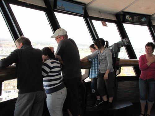 De toren bevindt zich rond de 70m hoogte. Gelukkig kan je de lift nemen.  Iedereen geniet van het uitzicht en gaat op zoek naar leuke dingen in het landschap.