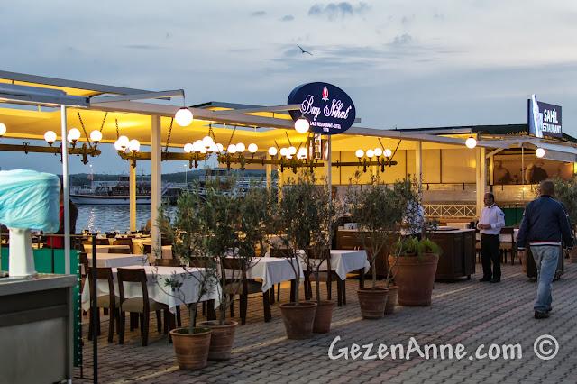 Cunda sahilindeki Bay Nihat restoranı