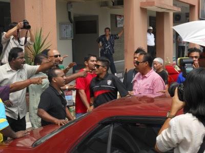 Demonstrasi depan ibu pejabat PKR tukar kecoh
