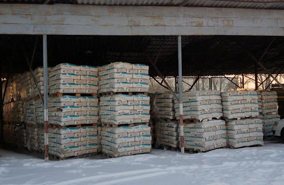 Materialele de construcţie abandonate de prefectul Ştefan Alexandru Băişanu în curtea Poliţiei de Frontieră Rădăuţi