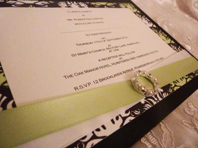 Invitación de boda en verde con negro
