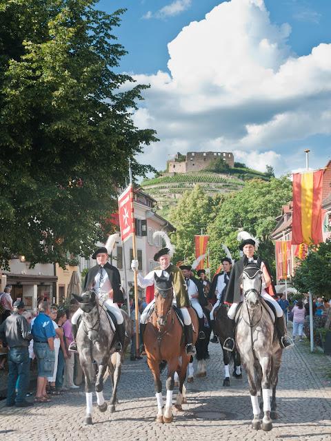 Traditioneller Festumzug durch die Staufener Altstadt zur Eröffnung des Markgräfler Weinfestes