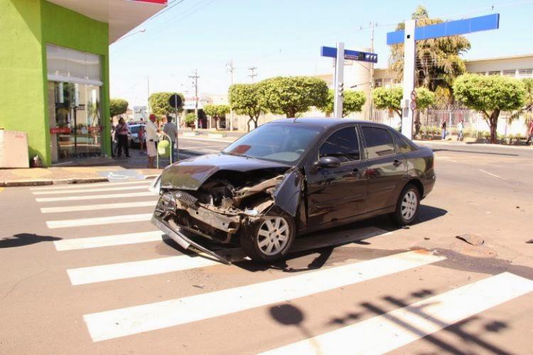 https://lh5.googleusercontent.com/-sFViatura da PM capota após perseguição a motocicleta no centro da cidade.drbjRnwaA/U_d0tP2x71I/AAAAAAAABCo/SIq3yAAq3TU/s750/32303134300bc4383232313395093337313233108f3933355a31100.jpg