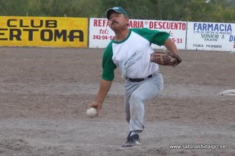 Nabor Soto lanzando por Perrones en el softbol del Club Sertoma