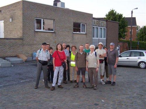 Iedereen klaar om verder naar Halle te stappen.