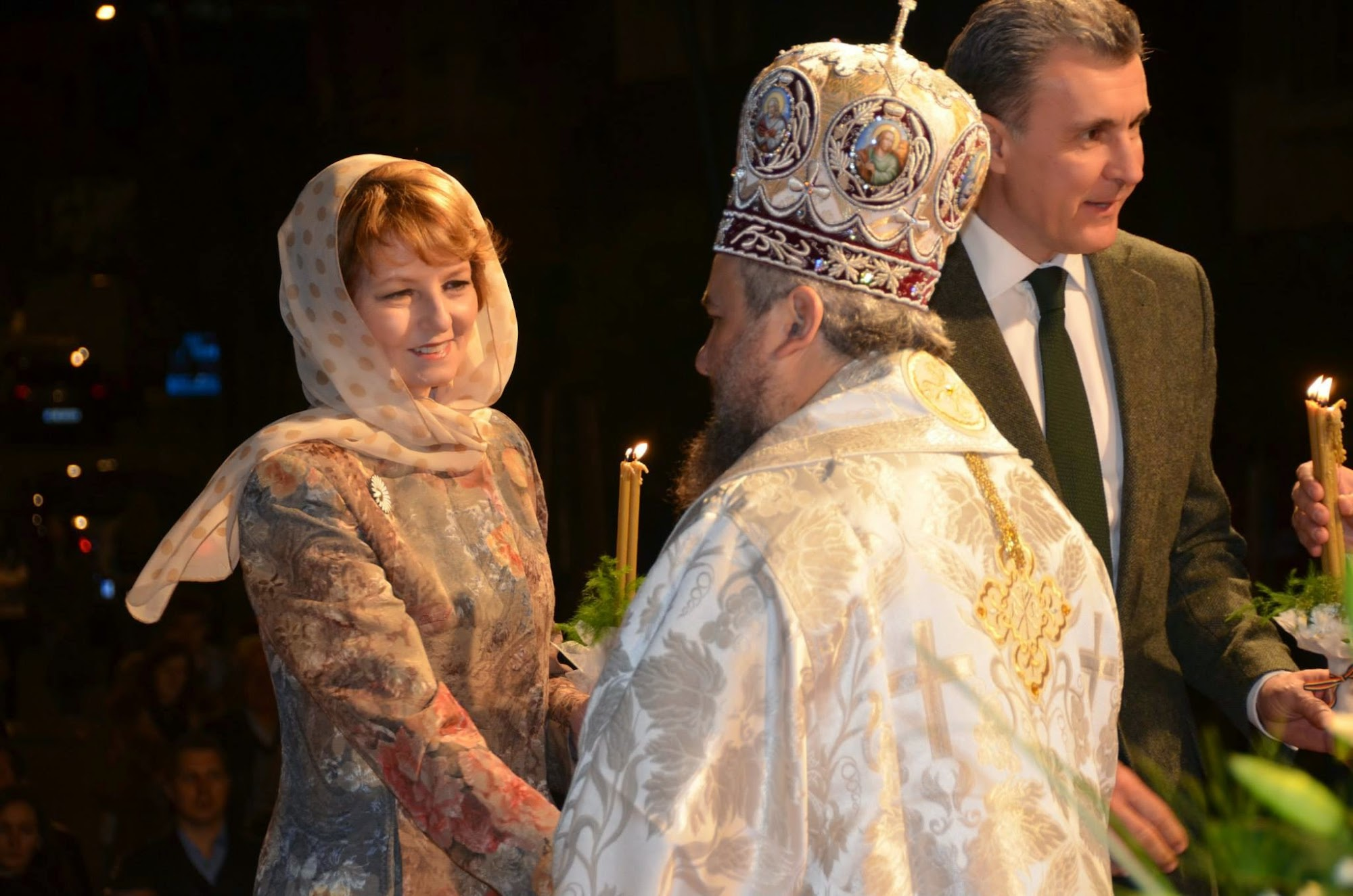 Imagini de la Slujba de Înviere oficiată la Catedrala Ortodoxă Sfântul Nicolae din Deva, le care au participat Principesa Moştenitoare Margareta a României şi Principele Radu al României