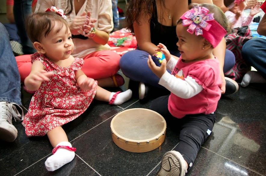 Al tiempo que estimulan su oído musical a través de la interpretación en vivo, los bebés entran en comunicación y contacto con instrumentos