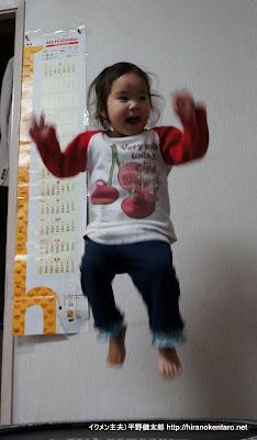 トランポリンでジャンプ中の次女