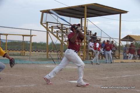 Iván Buentello bateando por Maypa Trucking en el softbol sabatino