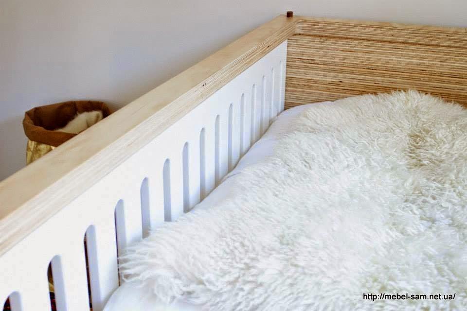 Вид детской кроватки изнутри.