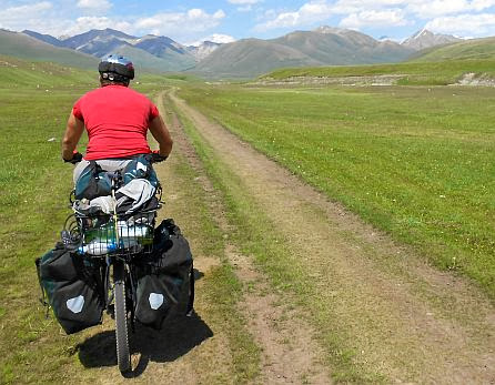 Miri on the Bike im Kara-Kudzhur-Tal
