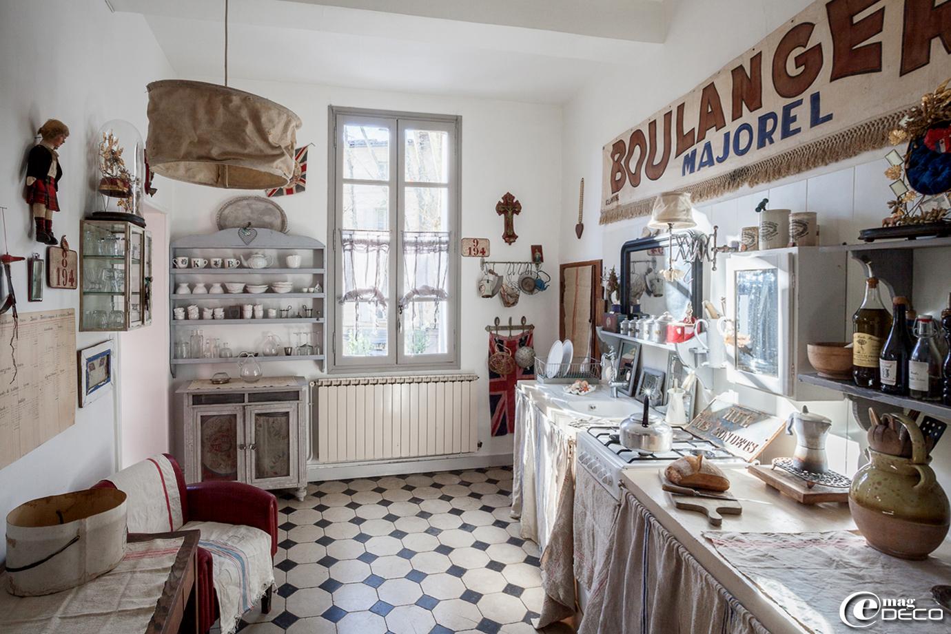 Suspension en bâche, boutique 'Clair de Lune', ancienne vitrine à pharmacie détournée en meuble-verrier, vaisselles 'Pomax' et 'Chehoma'