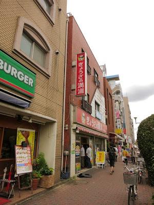お店の前の通り。隣にはモスバーガーがある。