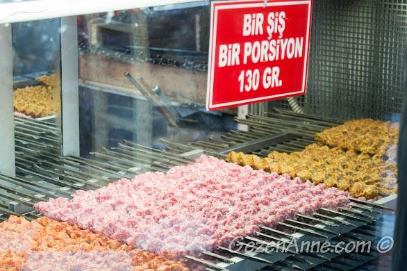 Gaziantep'te Kebapçı Halil Usta'da pişirilmeyi bekleyen çiğ kebaplar, porsiyon 130 gram