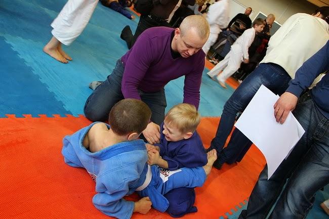 Тренер-преподаватель ДЮСШ Евгений Глузгал наставляет своих воспитанников. фото Оксана Кондрашова