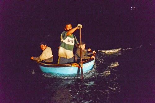 Cứu ngư dân ở Hoàng Sa giữa gọng kềm tàu Trung Quốc - ảnh 1