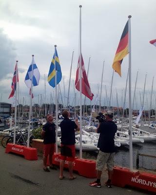 Frederik hejser Dannebrog ved H-boat World Cup 2013