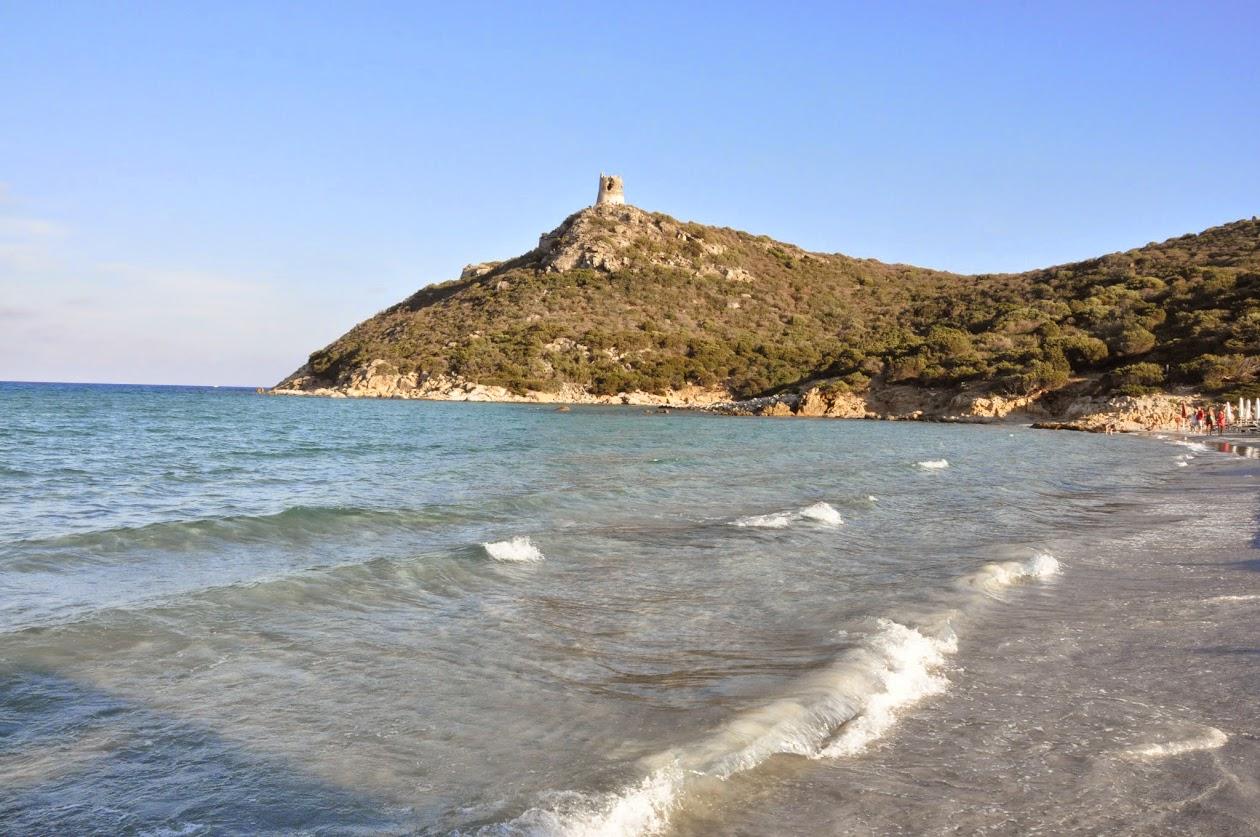 Башня на широком пляже