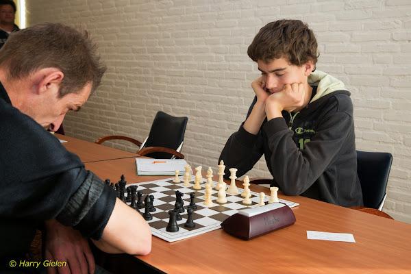 Johan Dijkstra (links) tegen Raymon Oord