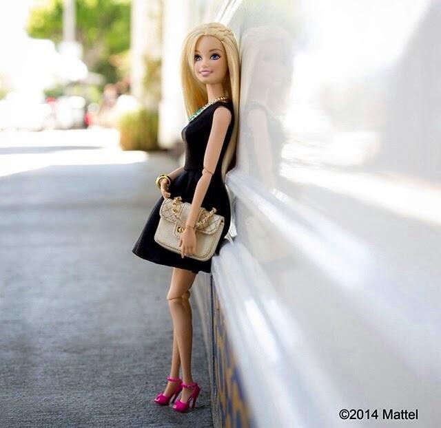 sandalias rosas,vestido ley negro, bolso channel