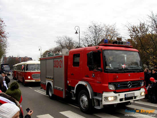 strażacy na paradzie dnia niepodległości