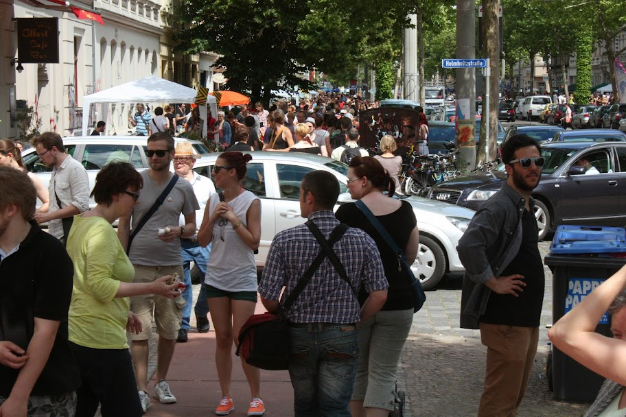Der Boulevard voller Menschen zum Westpaket