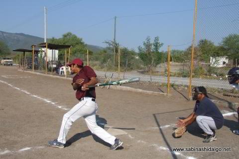 Mario Guardiola bateando por Cerveceros en el softbol del Club Sertoma