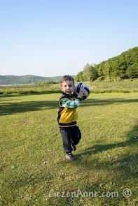 Sakarya Poyrazlar Gölü kenarında top oynarken