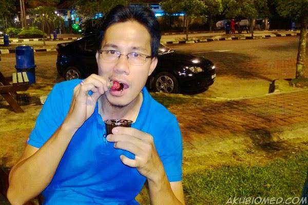makan strawbeeey celup cokelat