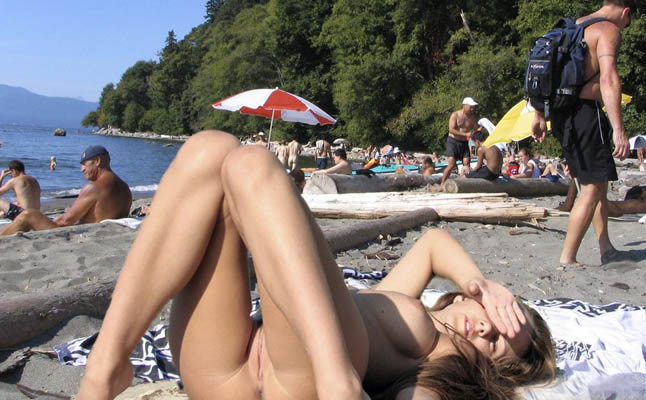 devushka-na-nudistskom-plyazhe-video
