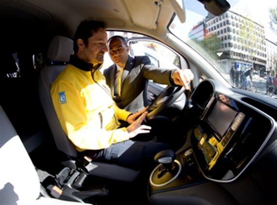 Nissan dona 3 furgonetas eléctricas al SAMUR - Protección Civil