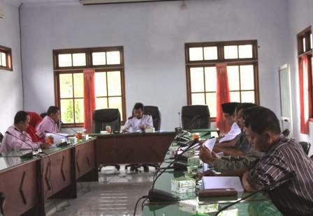 Para warga Desa Guyung, Kecamatan Gerih, Ngawi mengadukan berdirinya minimarket ke DPRD Kabupaten Ngawi