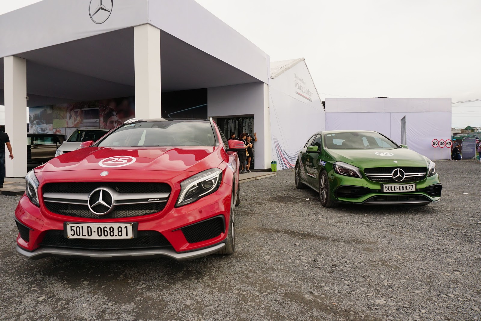 Mercedes chào đón bằng hai siêu hatchback A45 AMG