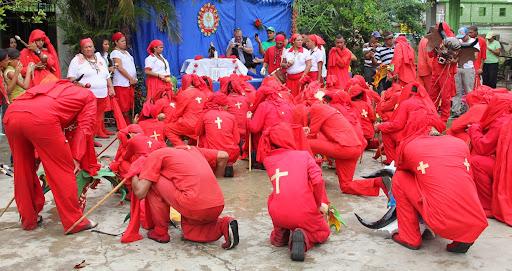 Diablos de Yare arrodillados  en el día de Corpus Christi en San Francisco de Yare, Municipio Bolivar, Miranda Venezuela