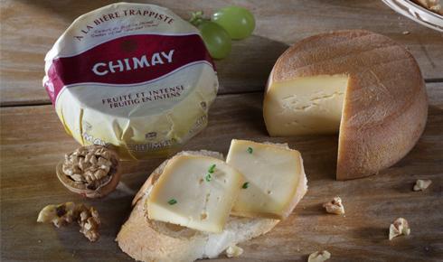Bruselas Valonia: Una de las variedades del queso Chimay está curado con la cerveza de la misma marca. En la imagen se presenta acompañado con finas hierbas o nueces