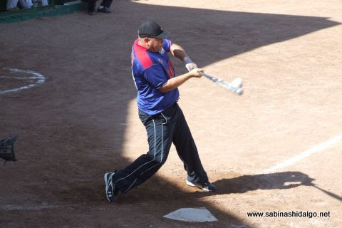 Sergio Solís en el softbol dominical