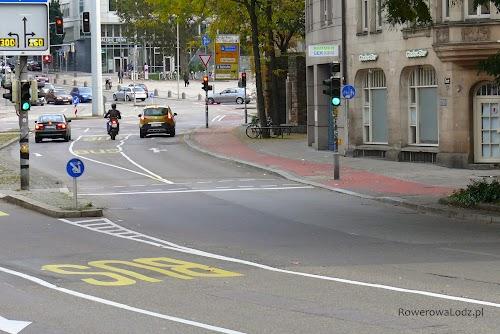 Ciąg pieszo-rowerowy w centrum Stuttgartu, przy jednej z głównych arterii.