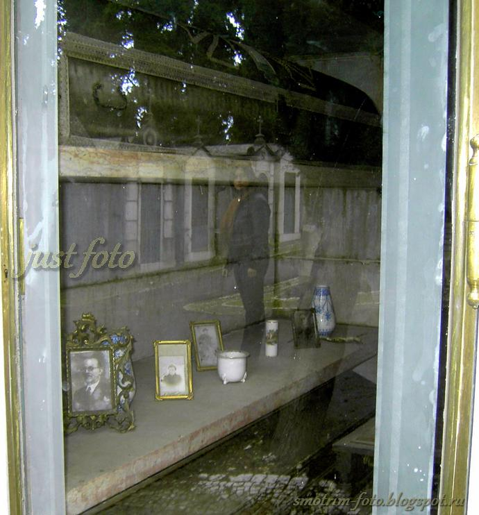 Склеп на кладбище - внутри фото
