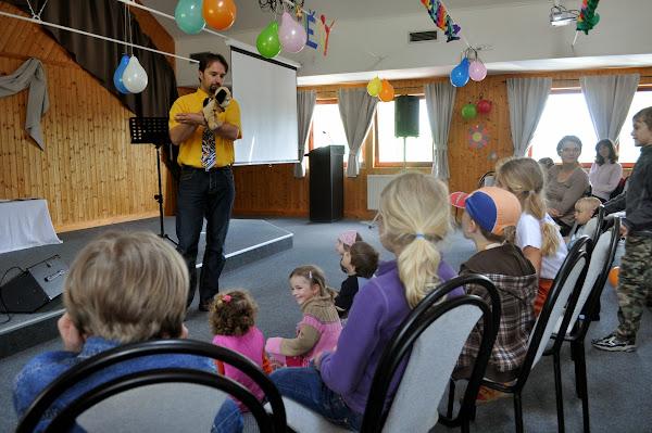 Děti naslouchají pejsku Hugovi.