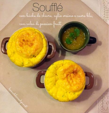 soufflè con bûche de chèvre, aglio orsino e cuore blu, con salsa di passion fruit