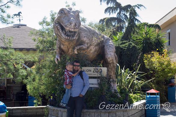 Darıca Hayvanat Bahçesi'nin girişindeki dinozor heykelinin önünde
