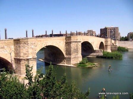 Puente de piedra sobre en Ebro, en Zaragoza