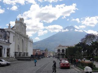 Un des volcans qui entoure la ville d'Antigua