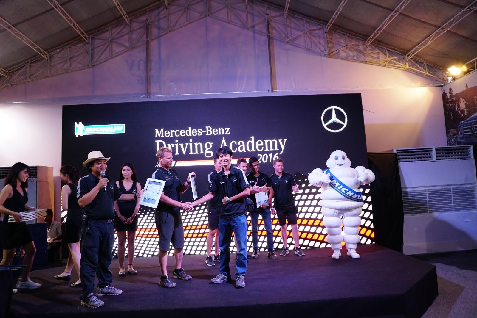 Anh Thành Terocket nhận bằng chứng nhận của BTC Mercedes
