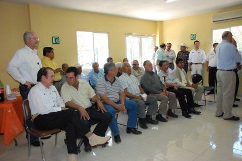 Productores asistentes a la inauguración del Centro