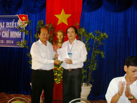Nhà giáo ưu tú, tiến sĩ Thái Văn Long trao quyết định cho thầy Châu Văn Tuy