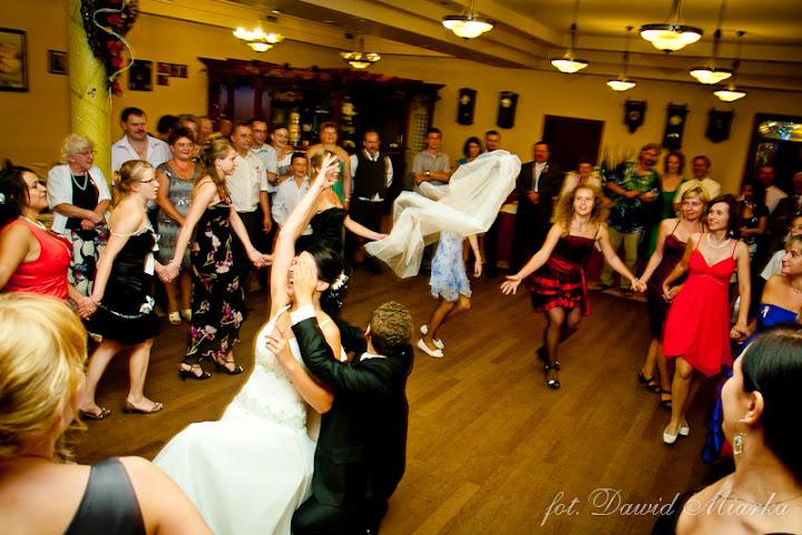 oczepiny na weselu - fotografia ślubna Żywiec
