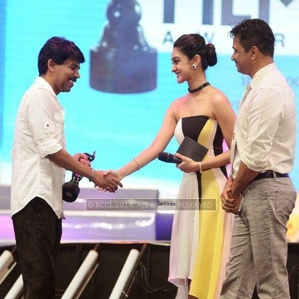 Arjun and his daughter Aishwarya present to Best Director award in Tamil to Bala for the film 'Paradesi'  during the 61st Idea Filmfare Awards South, held at Jawaharlal Nehru Stadium in Chennai, on July 12, 2014